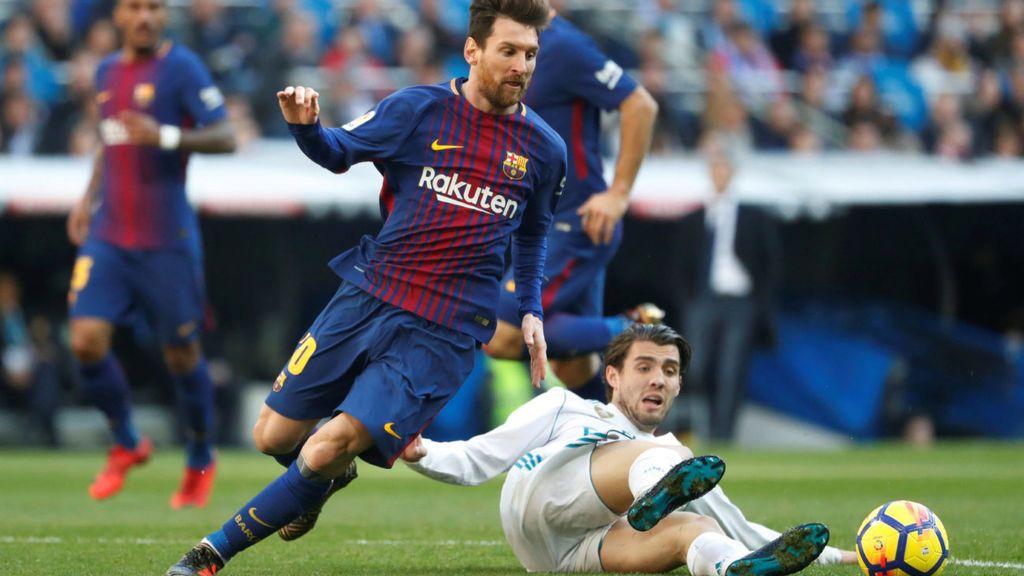 Leo Messi y Mateo Kovačić, durante el encuentro entre el Real Madrid y el F.C. Barcelona del 23 de diciembre de 2017.