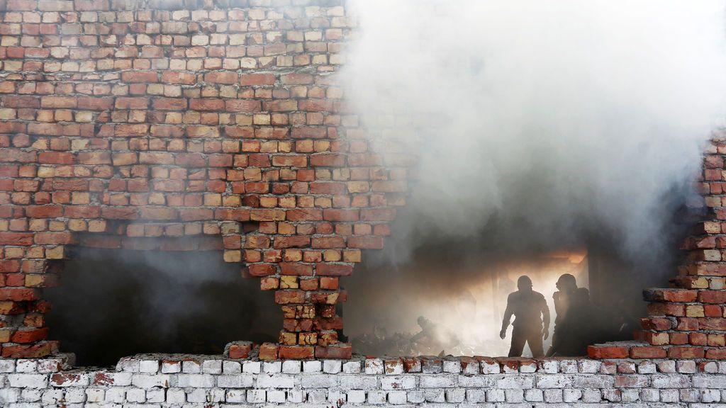 Los bomberos intentan apagar un incendio que estalló en una fábrica de calzado en una zona industrial en Nueva Delhi, India