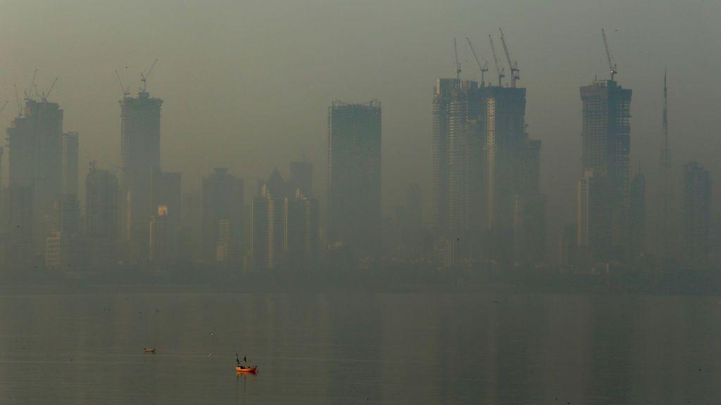 Varios edificios se ven envueltos en la niebla contaminante de Mumbai, India