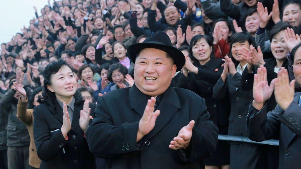 El líder norcoreano Kim Jong Un reacciona mientras la gente aplaude durante su visita a la recién remodelada Pyongyang Teacher Training College