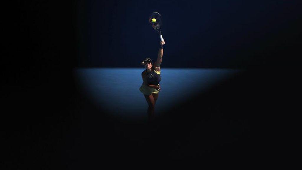 La tenista alemana Angelique Kerber se disputa un partido del Open de Australia contra la croata Donna Vekic en el estadio Margaret Court Arena
