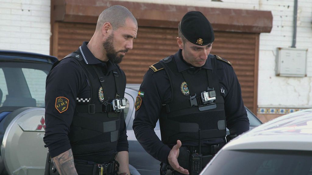 El policía local Álvaro Chacón junto a su compañero, en el séptimo capítulo de la primera temporada de 'Héroes, más allá del deber'.