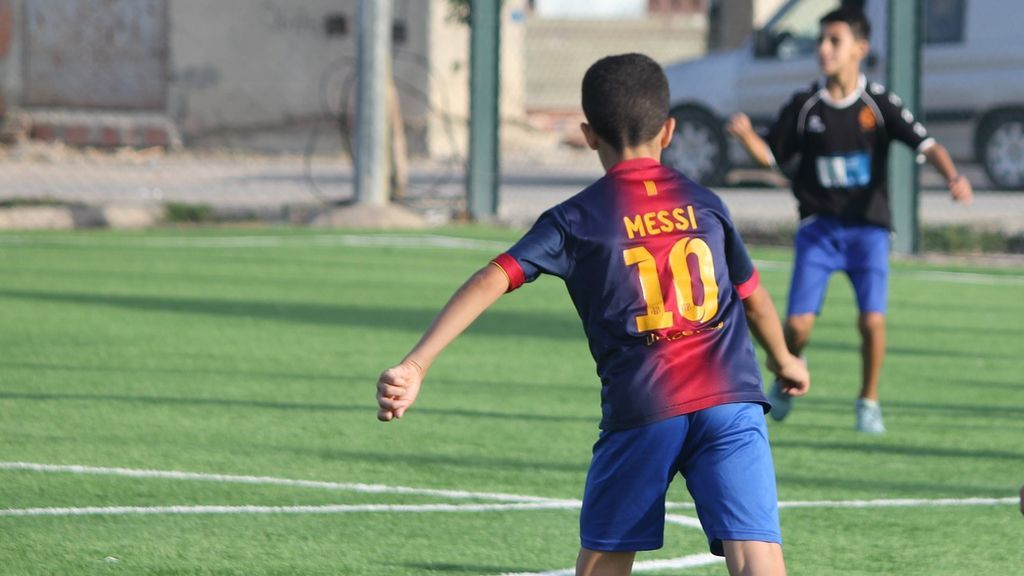 ¿Apoyar a los niños en su sueño de ser futbolistas o ponerles límite? Una nota de un colegio inglés a los padres abre el debate