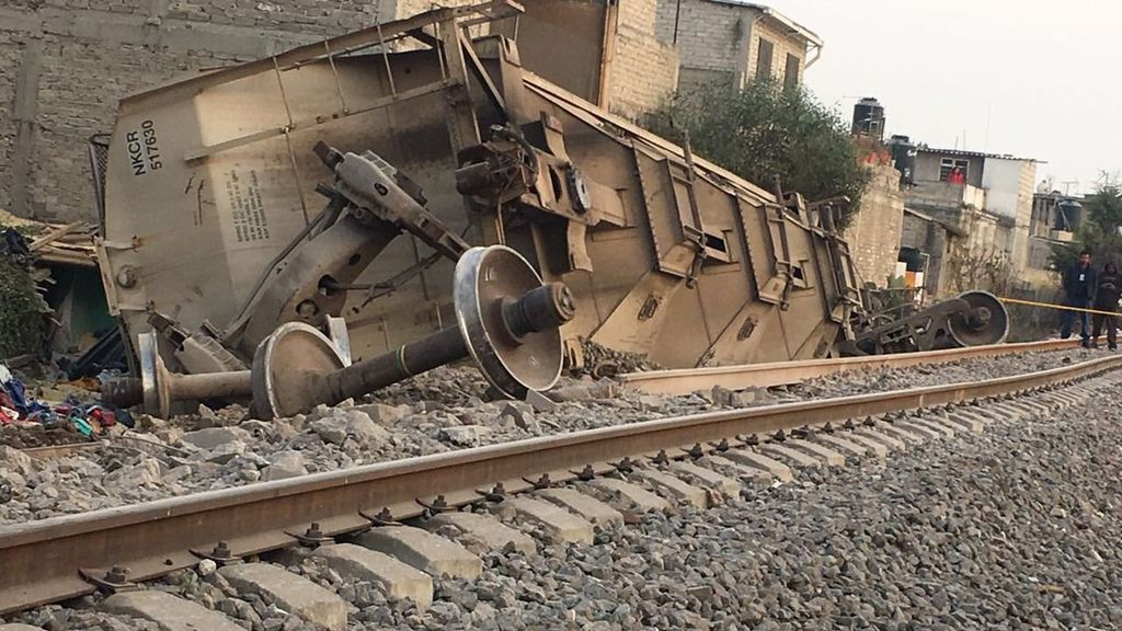 Cinco muertos por el descarrilamiento de un tren que ha caído sobre una casa en México