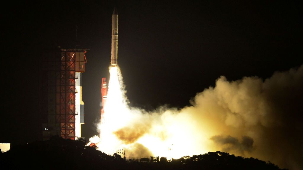 El cohete de combustible sólido japonés Epsilon-3, el tercero de su tipo, se lanza en su Centro Espacial Uchinoura en Kimotsuki, Kagoshima, Japón