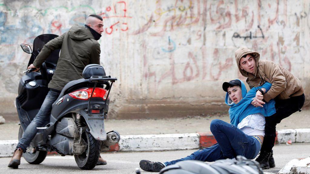 Un palestino herido es evacuado durante los enfrentamientos con las tropas israelíes en la ciudad cisjordana de Jenin