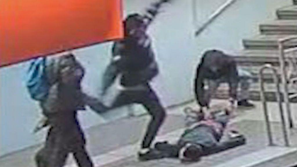 Un joven de 18 años agrede, patea y fustiga brutalmente a otro en el metro de Barcelona