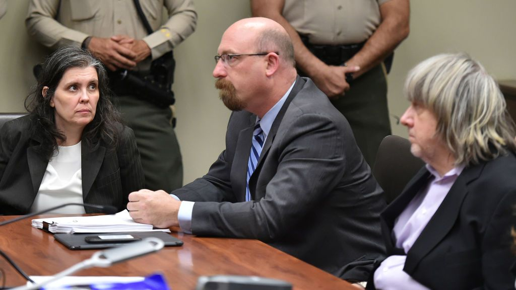Los Turpin, con el abogado de Louise entre ellos, en la audiencia ante el juez