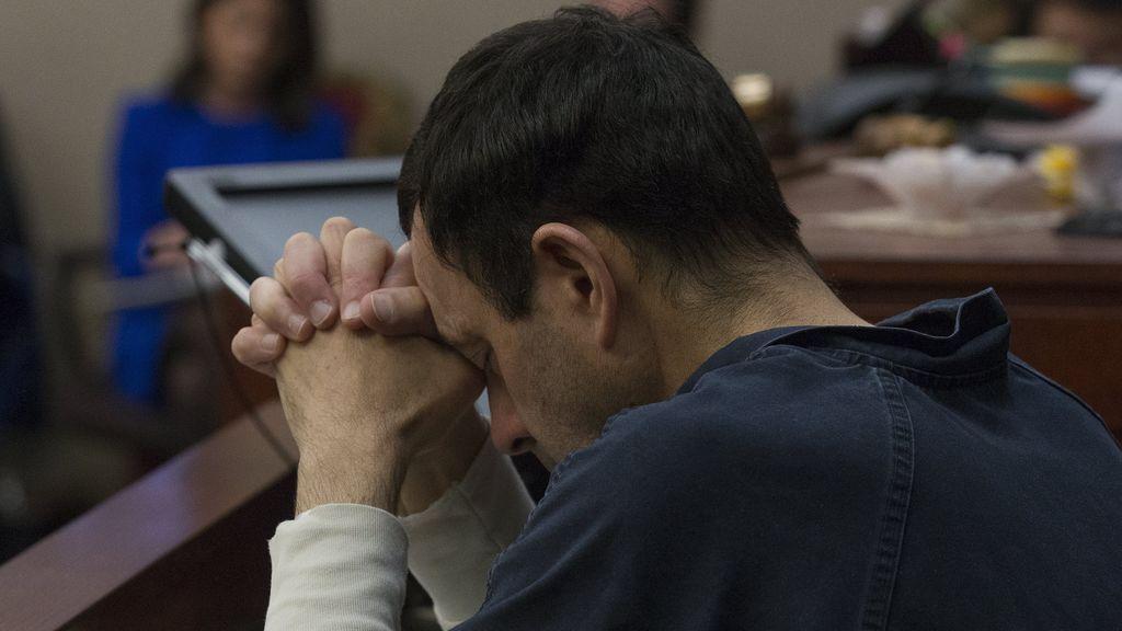 Larry Nassar escuchando el testimonio de una de sus víctimas