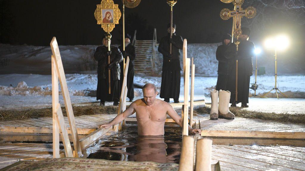 El presidente ruso Vladimir Putin camina hacia un hoyo en el hielo antes de darse un chapuzón en las heladas aguas del lago Seliger durante las celebraciones de la Epifanía ortodoxa en la región de Tver, Rusia