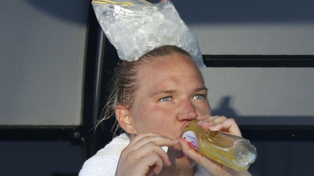 Kaia Kanepi de Estonia descansa con una bolsa de hielo en la cabeza durante un descanso en su partido contra Carla Suárez Navarro de España