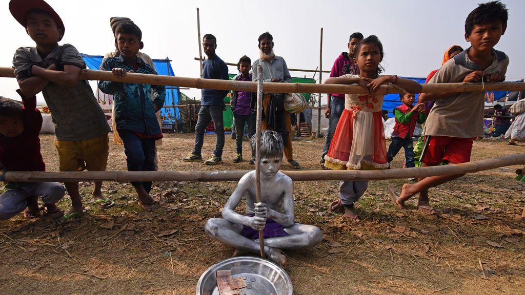 Un niño pide limosna en el festival Jonbeel Mela, donde personas pertenecientes a diferentes tribus intercambian sus mercancías con los locales a través de un sistema de trueque, en el distrito de Morigaon, en el estado nororiental de Assam, India
