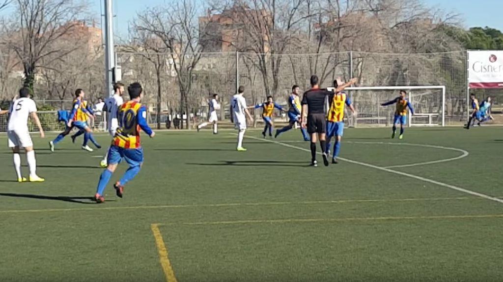 Ganan con un gol fantasma en el descuento y un jugador choca la mano al árbitro en la celebración