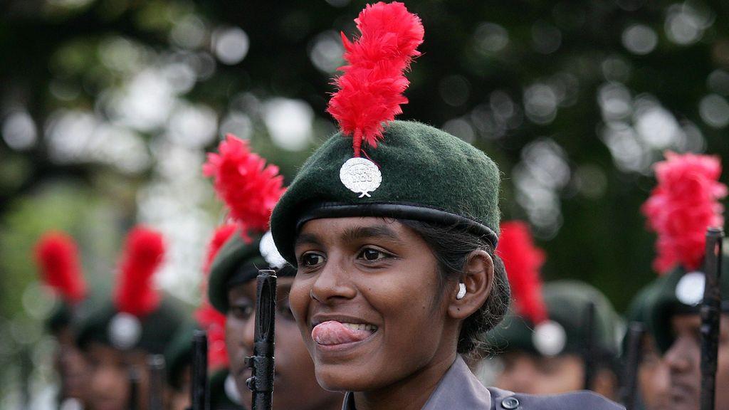 Un miembro del Cuerpo Nacional de Cadetes (NCC) participa en un ensayo para el desfile del Día de la República en Chennai, India