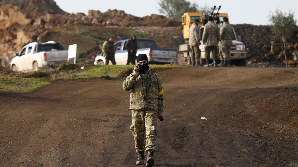Un combatiente del ejército sirio libre respaldado por Turquía en una aldea en la frontera turco-siria en la provincia de Gaziantep, Turquía
