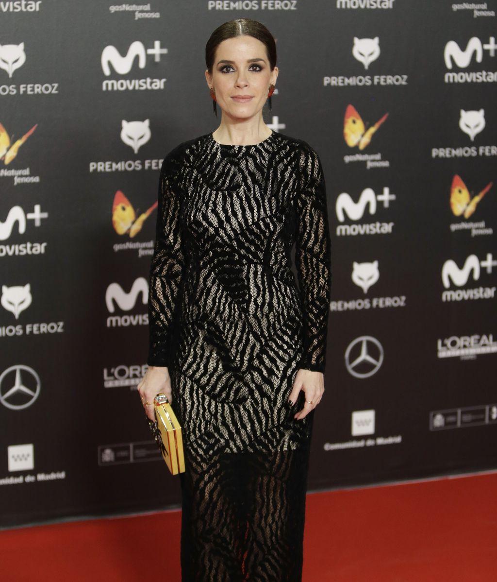 Nuria Gago ha combinado el negro con las transparencias del vestido y el color en los complementos