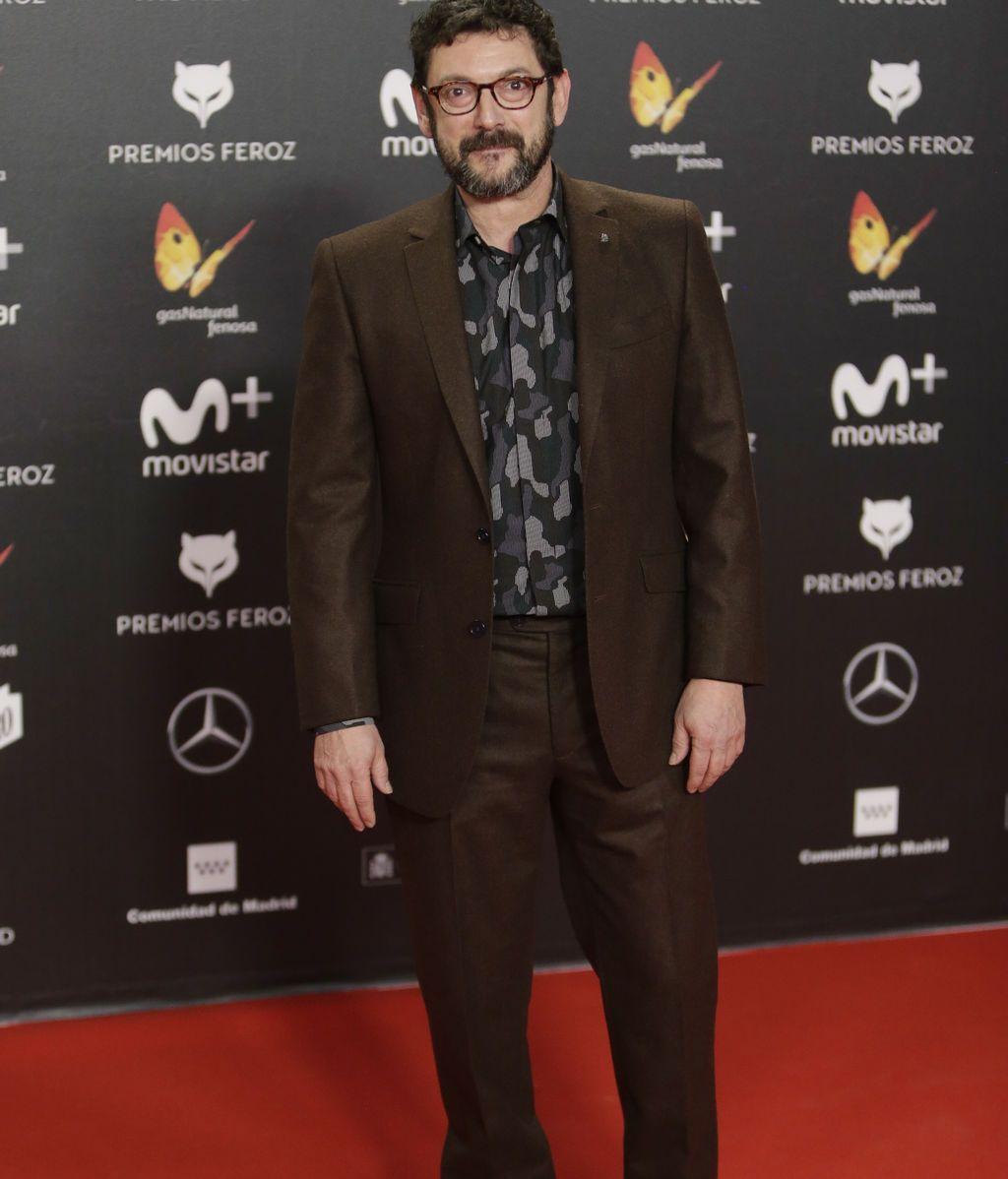 Manolo Solo, con traje en tonos chocolate y camisa de estampado militar