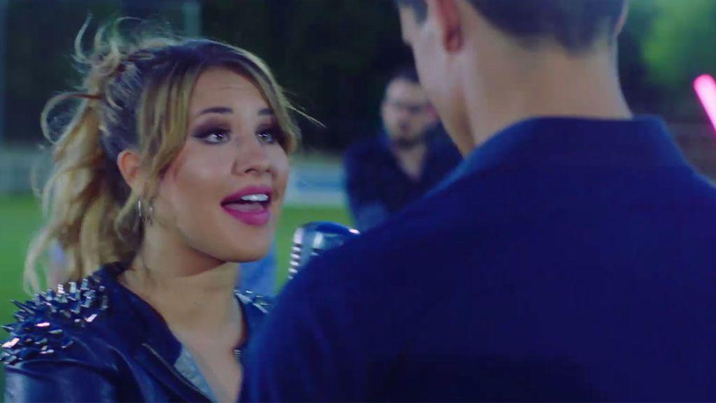 Obsesión 'teen' por un jugador de fútbol en 'Seré', el nuevo videoclip de Lucía Gil
