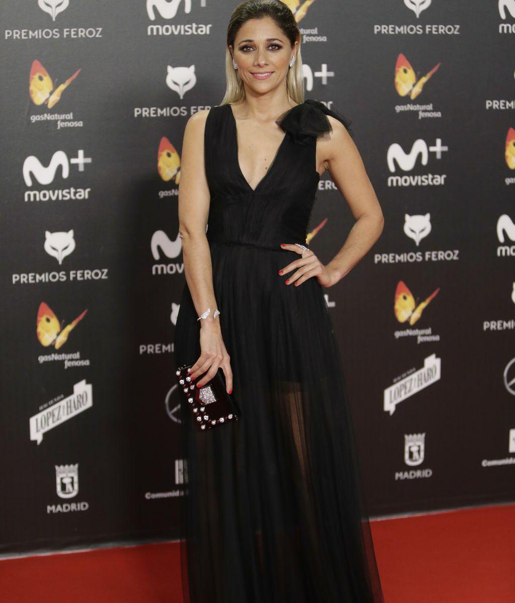 Mariam Hernández, con vestido negro vaporoso y mechas balayage