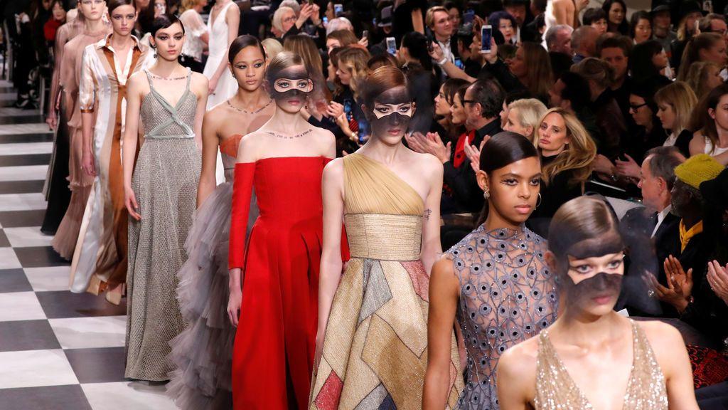 Los modelos presentan creaciones de la diseñadora Maria Grazia Chiuri para la colección de moda Haute Couture Primavera-Verano 2018 de Christian Dior en París, Francia