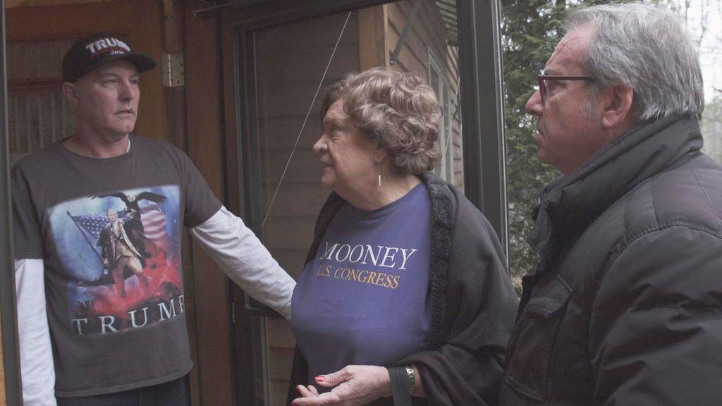 Josep Cuní (a la derecha) entrevista a más de una treintena de simpatizantes del actual presidente de los Estados Unidos en 'La América de Trump'.