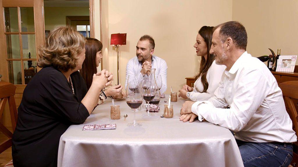 Buen rollito y películas de amor en la cena de Juan Amor