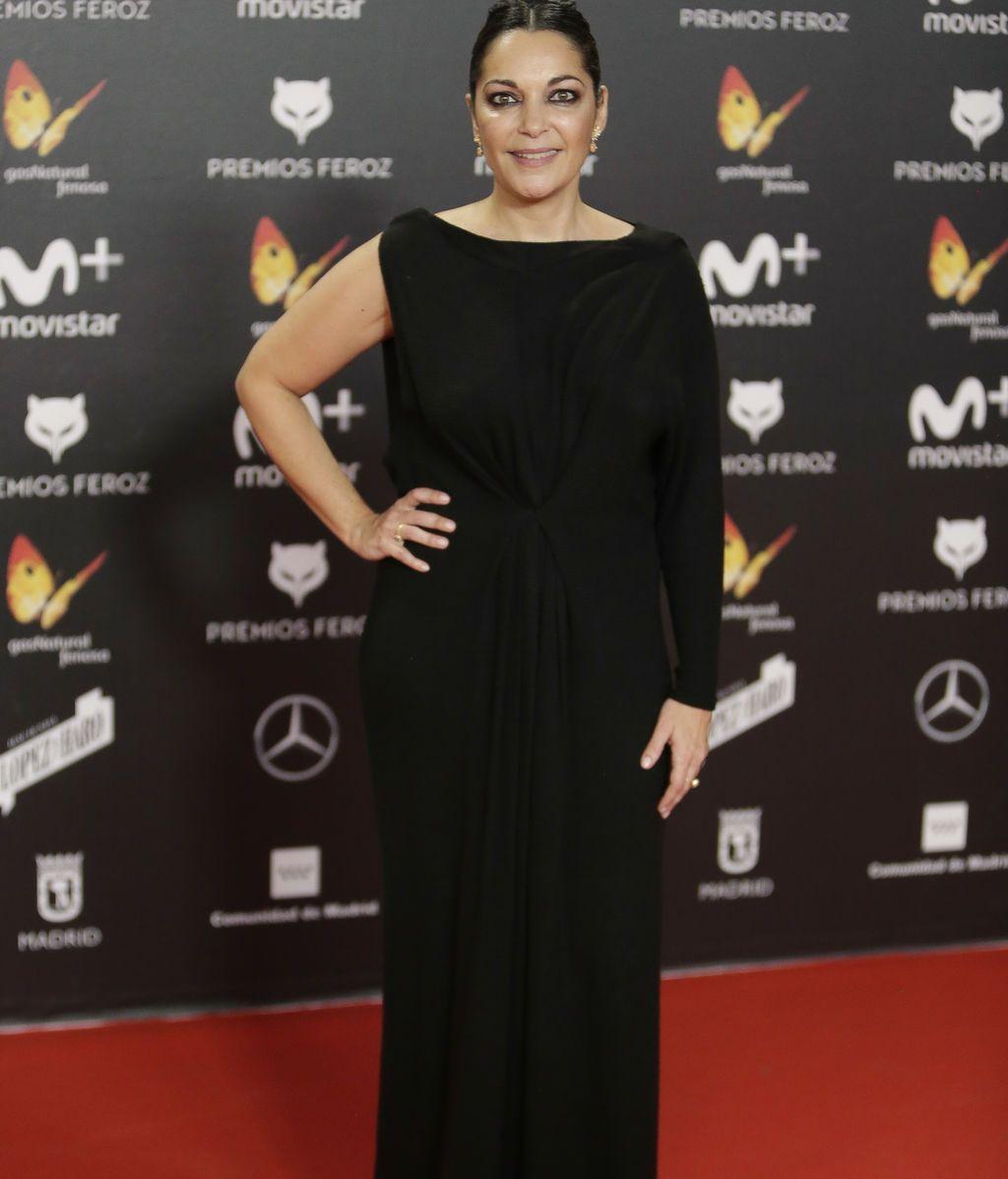 Cristina Plazas, en negro, con manga asimétrica y escote a la espalda