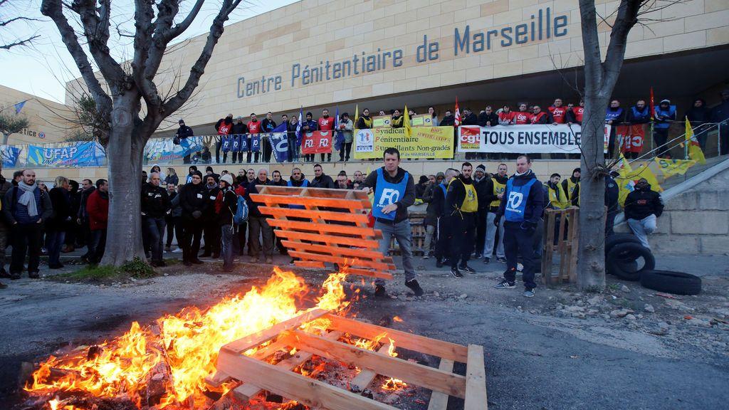 Los guardias de la prisión bloquean la cárcel de Baumettes en Marsella durante una protesta nacional, Francia