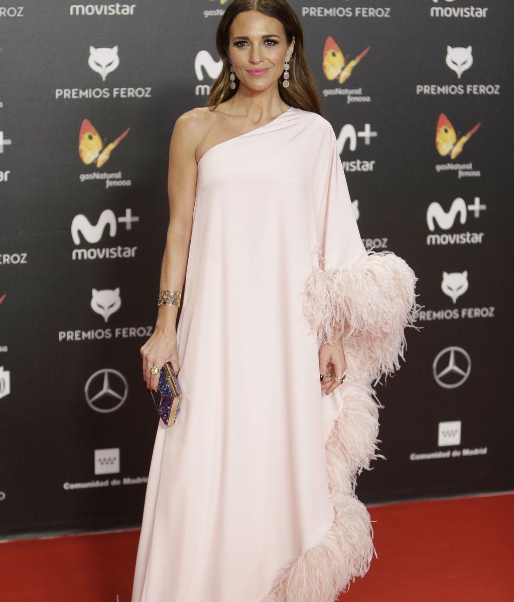 Paula Echevarría, vestida por Jorge Acuña con plumas y el color de la temporada