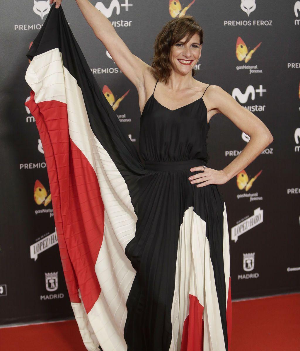 Malena Alterio, nominada por 'Vergüenza', jugando con vestido en negro, rojo y blanco