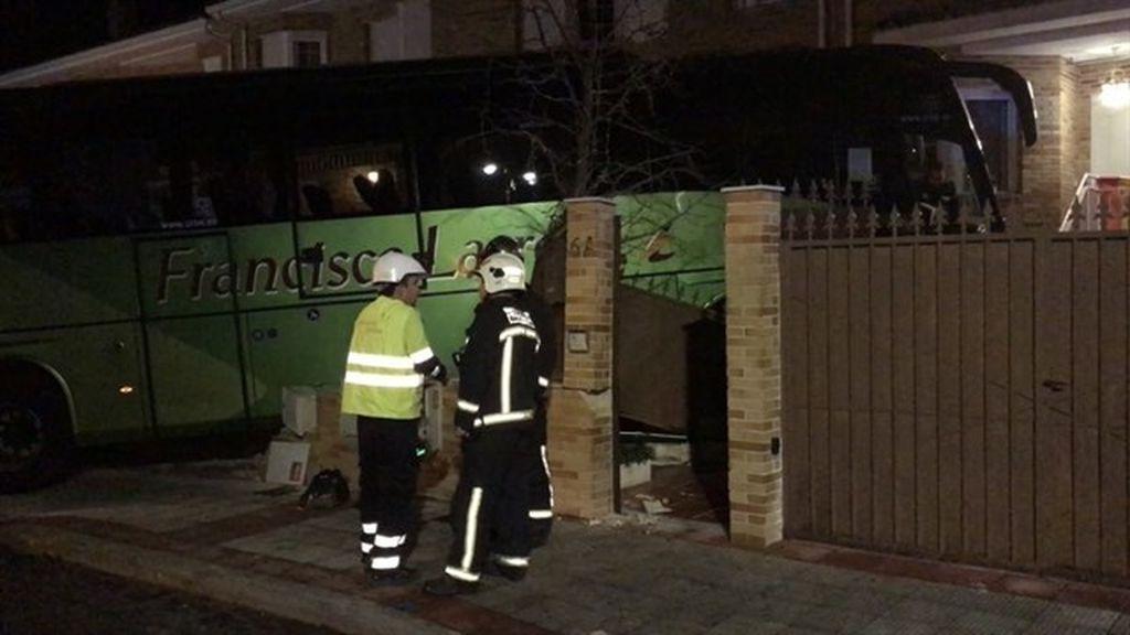 Un autobús sin pasajeros se empotra contra un chalet en Morazarzal al sufrir un síncope su conductor
