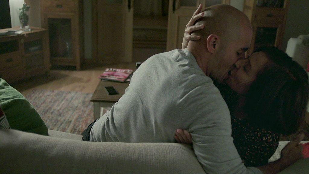 Isa descubre el chantaje de su marido a José y Lucía y acaba en brazos de Juan