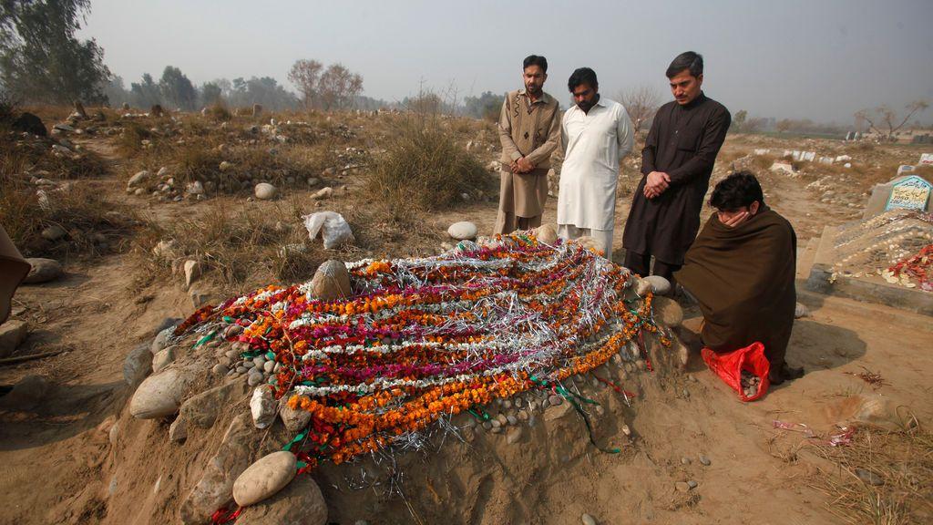 Rezan por el director del colegio asesinado en Pakistán