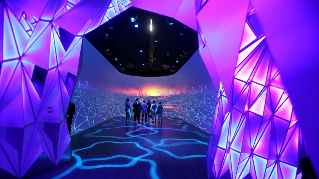 Los visitantes echan un vistazo al Future Dubai en Dubai Frame, una nueva atracción turística, en Dubai, Emiratos Árabes Unidos
