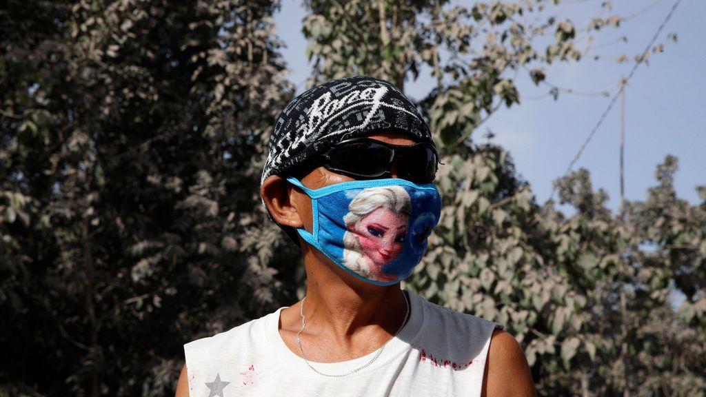 Un residente usa una mascarilla a causa del volcán Mayon que está escupiendo cenizas en Guniobatan, provincia de Albay, Filipinas