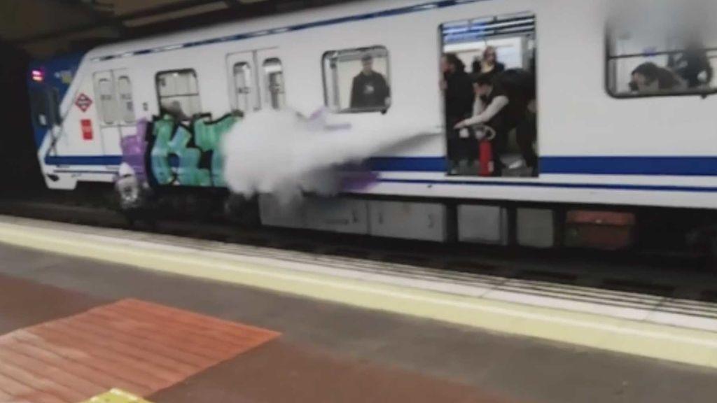 Rocían con un extintor a dos grafiteros en plena acción en el Metro de Madrid