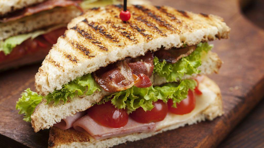 Una clienta devuelve un sándwich porque no estaba cortado en dos porciones iguales