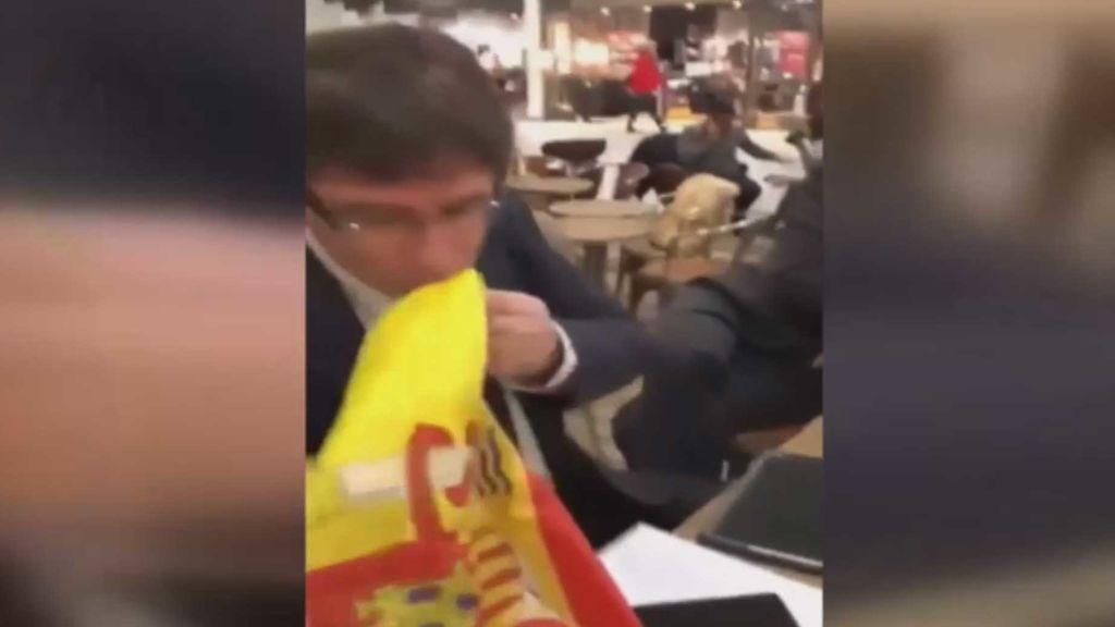 Puigdemont besa la bandera de España en Dinamarca