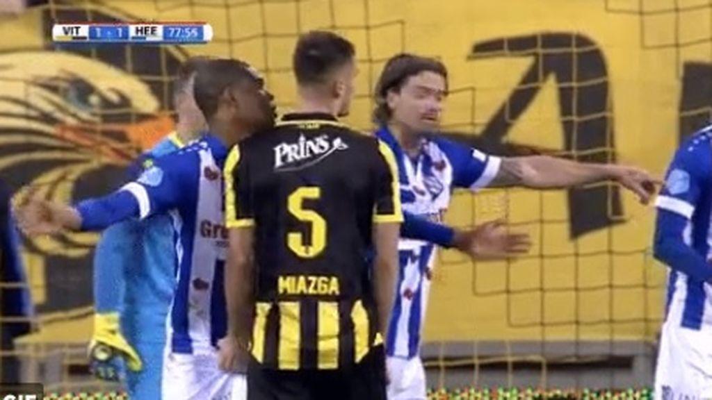 ¡Escándalo en Holanda! Un futbolista le toca los testículos a un rival durante un partido