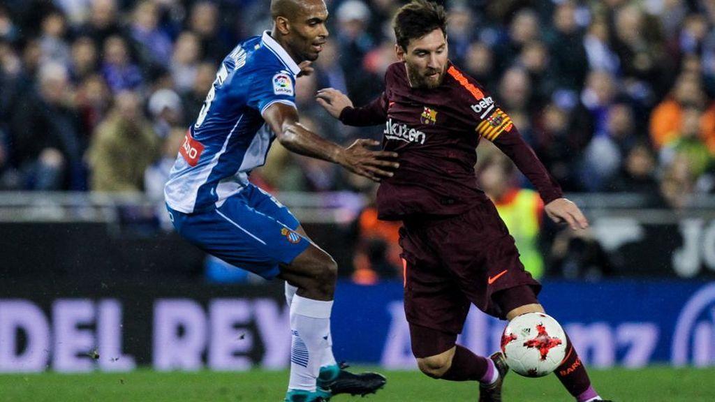 Naldo, jugador del Espanyol, y Leo Messi, jugador del F.C. Barcelona, en el encuentro de ida de cuartos de la Copa del Rey entre ambos conjuntos.