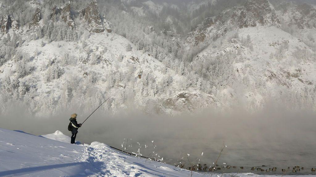 Un hombre pesca en la orilla del río Yenisei con una temperatura de 35 grados bajo cero en la ciudad siberiana de Divnogorsk, en Rusia.