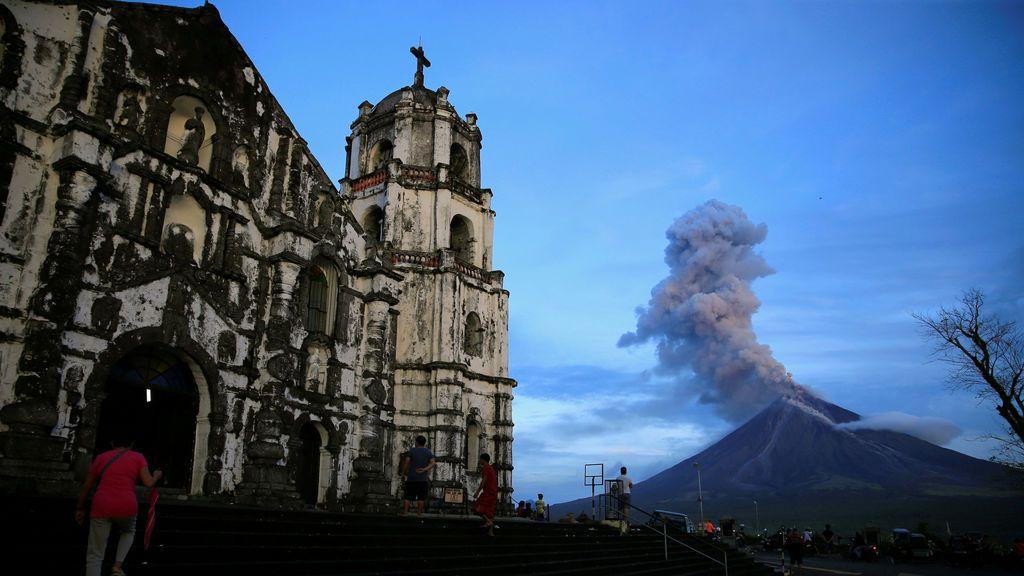 El volcán Mount Mayon visto desde el sur de Manila, Filipinas