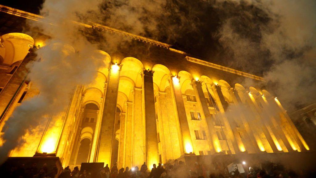 Protestantes usan bengalas de humo durante una concentración en protesta de la política de drogas llevada a cabo por el gobierno en el Parlamento de Tbilisi, en Georgia.