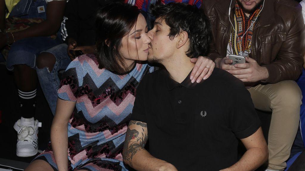 Dafne Fernández y su marido, Mario Chavarría, besándose en el 'front row'
