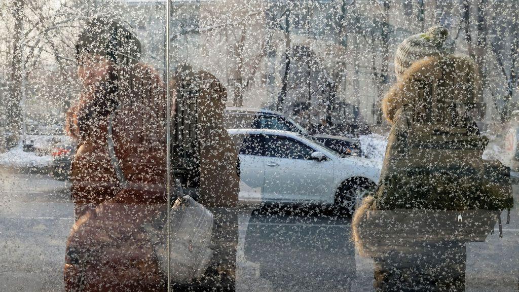 Los pasajeros esperan en una parada de autobús en un día frío en Almaty, Kazajstán