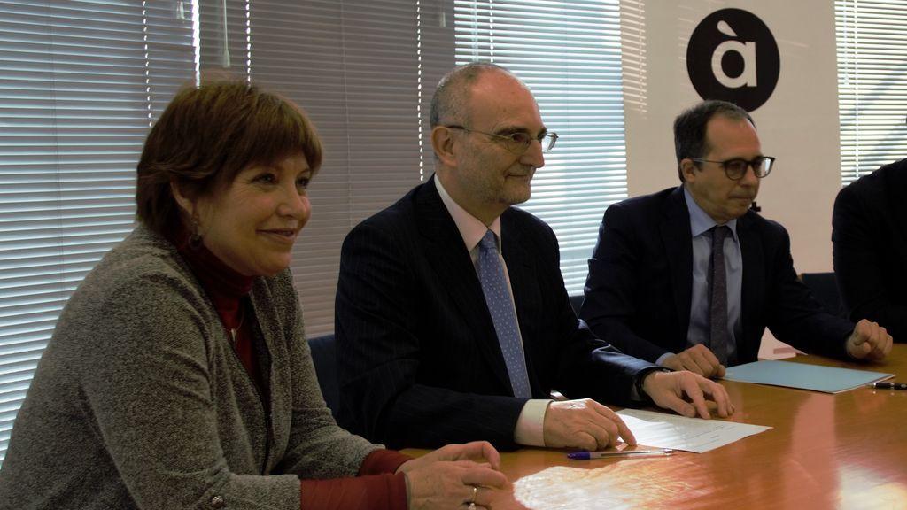 De izquierda a derecha: Empar Marco, directora de À Punt Mèdia; Jesús López Cabezas, presidente de la FORTA, y Enrique Soriano,  presidente del Consell Rector de la CVMC, en la firma del acuerdo entre la FORTA y la CVMC.