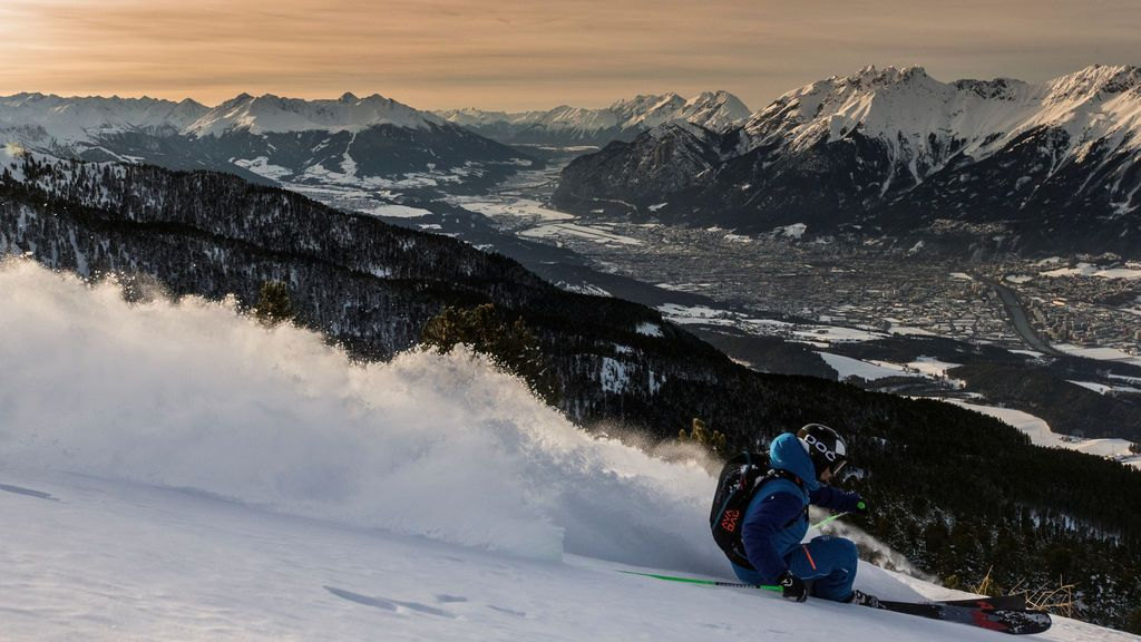 Un esquiador en el valle de Inntal en Tulfes