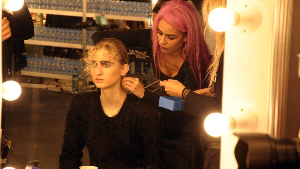 Beatriz Matallana dando los últimos retoques de maquillaje y peluquería antes del desfile