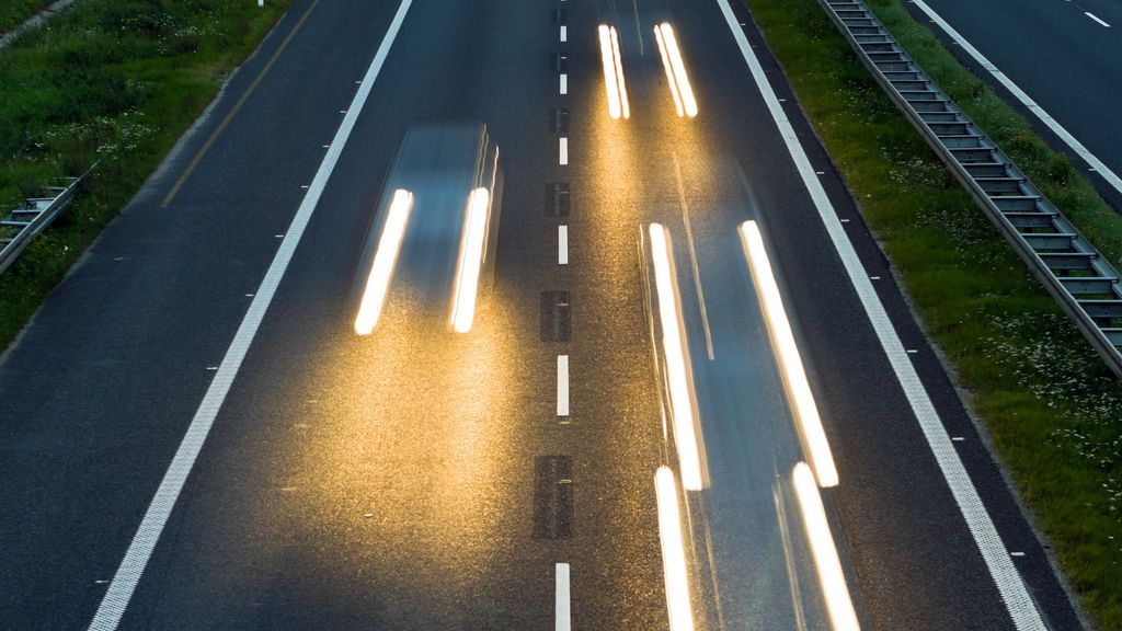 Un hombre desnudo para el tráfico en plena carretera