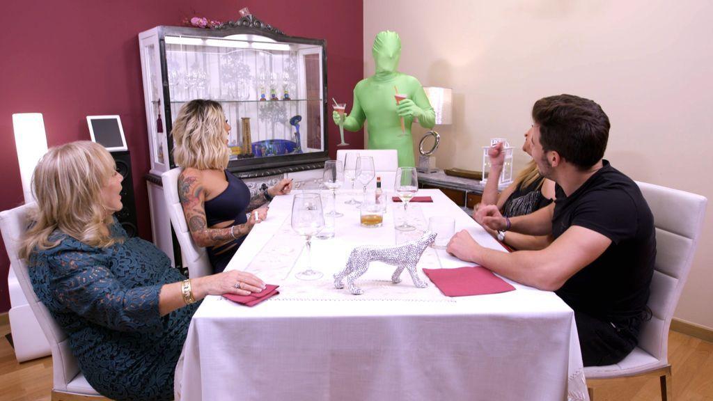 Camarero, hay un 'chinche verde' en mi mesa en la semana más delirante de 'Ven a cenar conmigo'